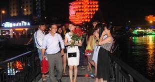 co gai va bong hoa hong 310x165 - Cô gái có bông hồng